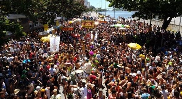 Bloco Regional da Nair desfilando na Avenida Beira Mar, no Centro de Vitória, durante o carnaval de 2018. Crédito: Bernardo Coutinho