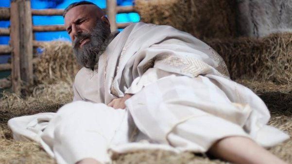 Antônio Tabet como Deus em especial de Natal do Porta dos Fundos. Crédito: Netflix/Divulgação