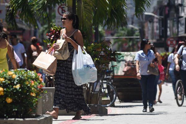 Movimentação no comércio da Glória. Lojistas estão fechando as lojas por causa do coronavírus. Crédito: Vitor Jubini