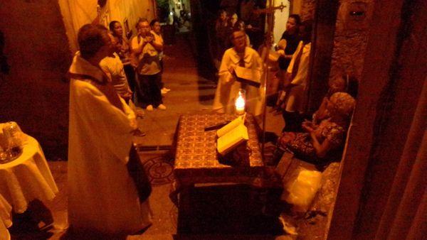 Missa é celebrada no alto do Bairro da Penha, em Vitória, pela primeira vez. Crédito: Acervo pessoal
