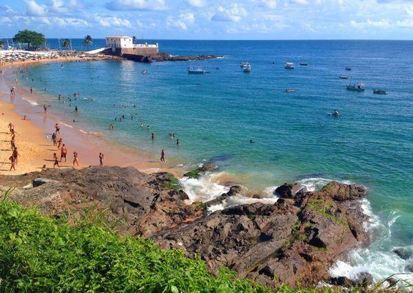 Praia Farol da Barra, em Salvador. Crédito: Pinterest | Viajante Comum