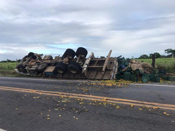 O caminhão tombou em uma curva na rodovia ES 248, em Linhares.