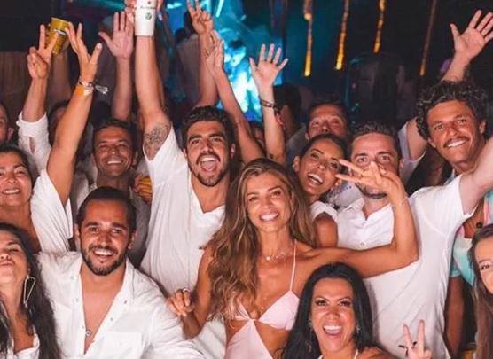 Caio Castro e Grazi Massafera passam réveillon juntos em Pernambuco com outros amigos famosos. Crédito: Reprodução/Instagram