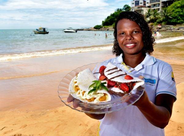 Marli Felix dos Santos, 44, empreendedora, faz tapioca na Praia da Costa Azul, em Iriri