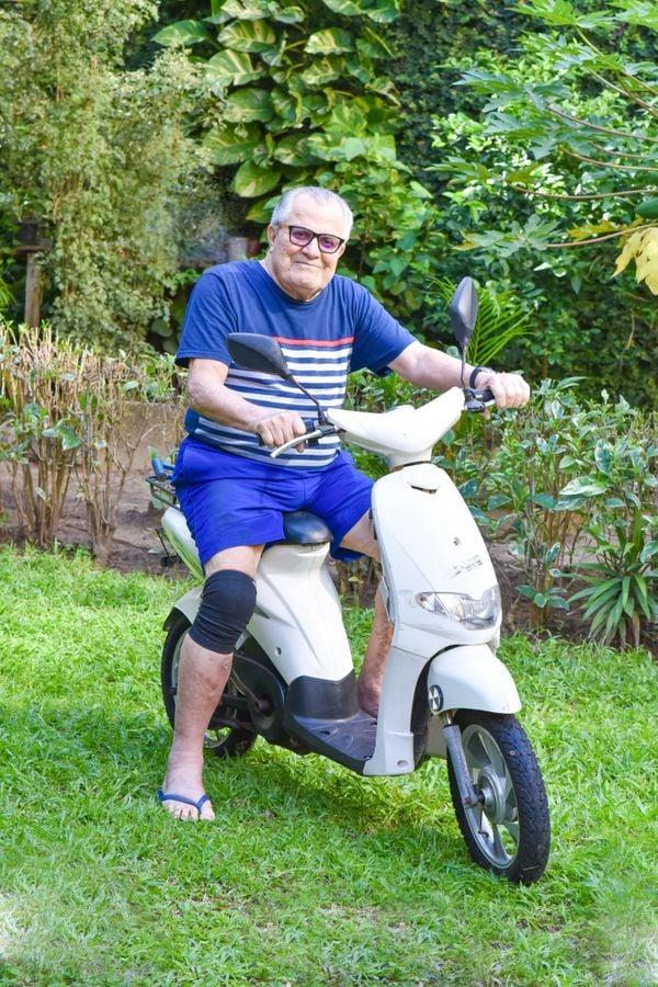 Raul Busatto Costa acaba de completar 90 anos e anda de mobilete pela cidade onde mora, em Vila Velha. Crédito: Monica Zorzanelli