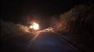Um dosveículos chegou a pegar fogo logo após a colisão. Crédito: Internauta