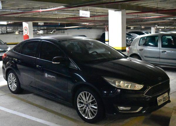 Carros oficiais usados pelos deputados estaduais dvem ser identificados com adesivo. Crédito: Fernando Madeira