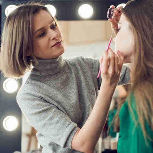 Curso de maquiagem está entre as opções de qualificação.