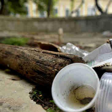 Data: 09/01/2020 - ES - Vitória - Lixo acumulado sobre o antigo chafariz, ao lado do Palácio Anchieta, na Praça João Clímaco - Possíveis focos de dengue em Vitória - Editoria: Cidades - Fernando Madeira - GZ