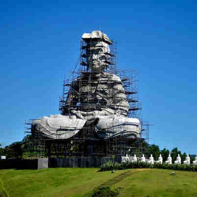 Data: 10/01/2020 - ES - Ibiraçu - Construção do Buda na entrada do Mosteiro Zen Budista, em Ibiraçu - Editoria: Cidades - Fernando Madeira - GZ