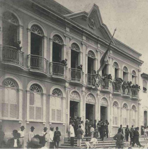 Palácio Anchieta: fachada do Palácio ficou cravada de balas, após oposição tentar tomá-lo. Crédito: Arquivo Público