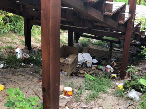 Lixo acumulado embaixo de uma escadaria de acesso à Praia de Peracanga. Crédito: Marcelo Moryan