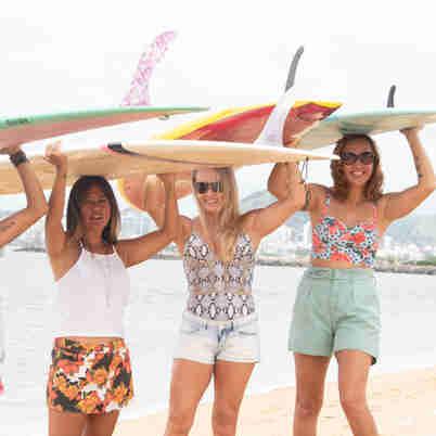 Data: 15/01/2020 - ES - Viana - Raquel Hamasaki (short estampado), Suzana (de camiseta branca), Rosane (de maiô) e Janda (ruiva com short verde)),  mulheres acima de 40 anos de idade no surf - Editoria: Cidades - Ricardo Medeiros - GZ