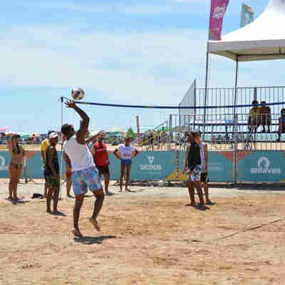 Vôlei de praia é uma das atividades oferecidas na arena