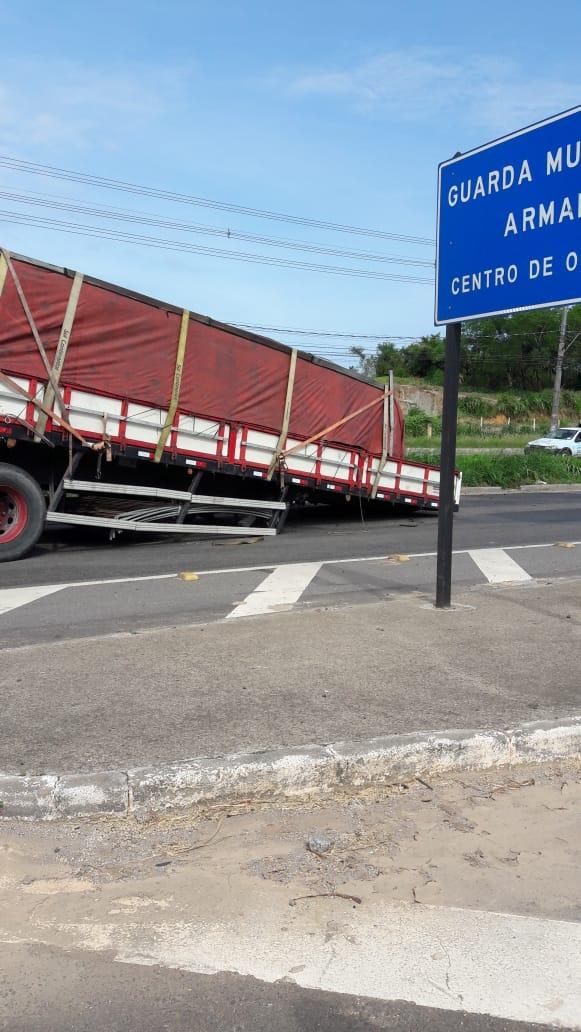 Carreta tomba na rodovia Darly Santos. Crédito: Ouvinte CBN