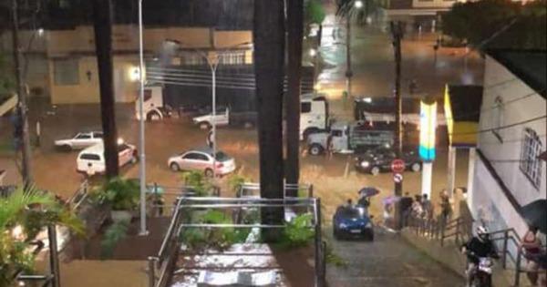 Rio Iconha sobe quase 4 metros e coloca população em alerta. Crédito: Internauta