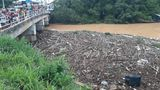 18/01/2020 - móveis e objetos de vítimas da chuva em Iconha descem o rio e chama a atenção de curiosos em Piúma. Crédito: Foto do leitor
