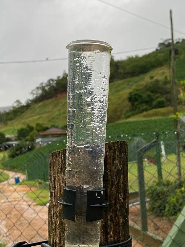 Chuva extrapola limite de pluviômetro - aparelho utilizado para medir a quantidade de água. Crédito: Internauta