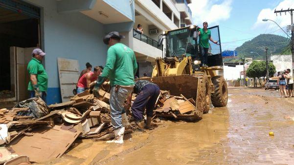 Moradores de Alfredo Chaves se mobilizam para limpar a cidade após alagamentos causados pelo temporal. Crédito: Kaique Dias