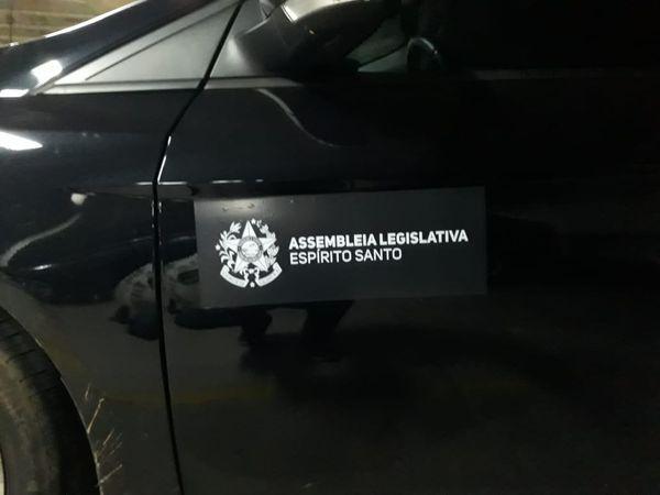 Adesivo de identificação dos carros oficiais da Assembleia Legislativa. Crédito: Divulgação