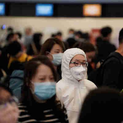 HKG - CHINA/CORONAVÍRUS/EPIDEMIA - INTERNACIONAL - Passageiros com máscaras protetoras em estação de  trem de alta velocidade em Hong Kong
