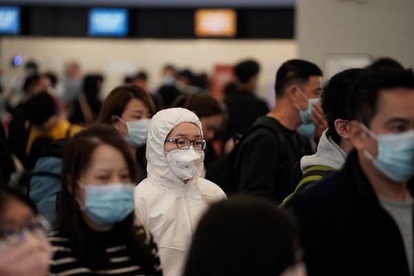 Passageiros com máscaras protetoras em estação de  trem de alta velocidade em Hong Kong. Crédito: Kin Cheung/AP