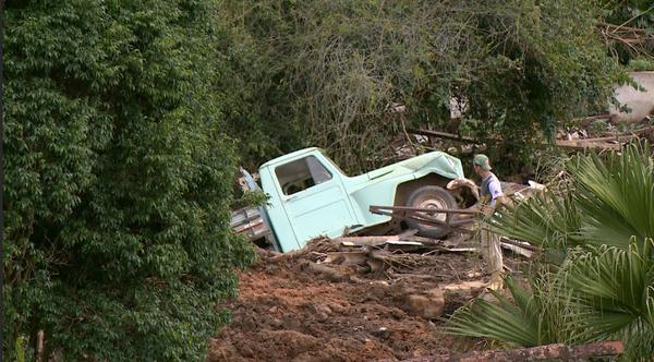 Carro foi arrastado com a lama. Crédito: Reprodução/ TV Gazeta Sul