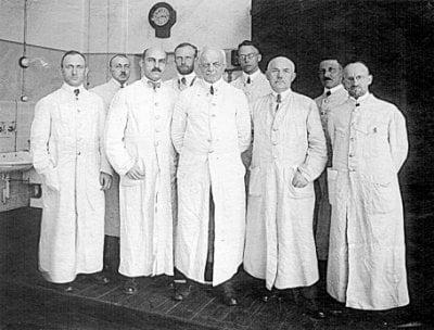 Equipe do médico Gustav Giemsa (o sétimo da esquerda para a direita) em seu laboratório na Alemanha. Crédito: Reprodução