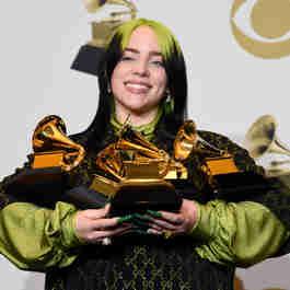 A cantora Billie Eilish, de 18 anos, posa para foto após ser agraciada com  cinco prêmios, sendo quatro deles nas principais categorias do Grammy 2020