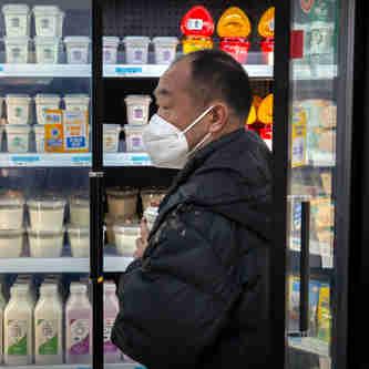 Pessoas usam máscaras na cidade de Pequim. A Comissão Nacional de Saúde da China  informou  que mais 25 pessoas morreram em função de   doenças provocadas pelo coronavírus