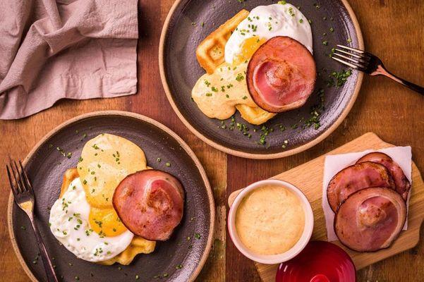 Waffle com ovos e bacon