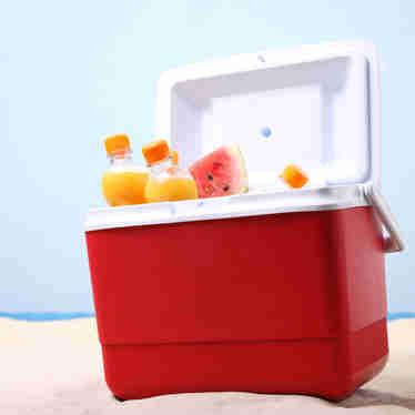 Caixa térmica: como faz para organizar a cooler e manter os alimentos e bebidas frescos na praia