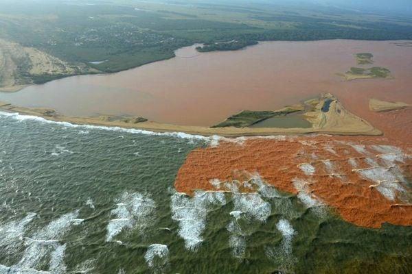 Lama do Rio Doce se encontra com o mar em Regência, Linhares