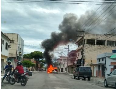 Carro pega fogo em Novo México. Crédito: Internauta