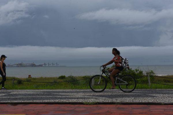 Tempo nublado em Camburi, Vitória. Crédito: Ricardo Medeiros