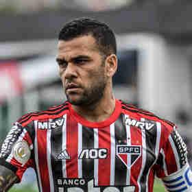 Daniel Alves teve o veículo roubado em um estacionamento em São Paulo