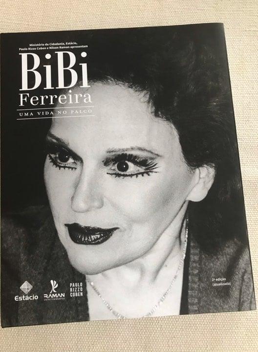 Capa da segunda edição inédita da fotobiografia de Bibi Ferreira. Crédito: Nilson Raman/Raman Entretenimentos