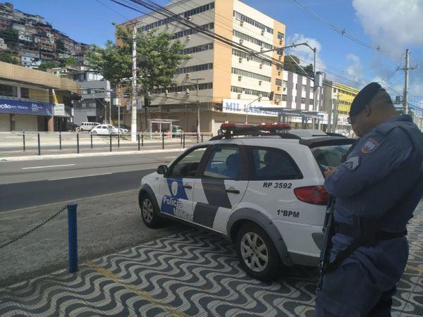 Policiais militares estiveram em três pontos pela avenida Leitão da Silva neste sábado (15). Crédito: Giordany Bozzato