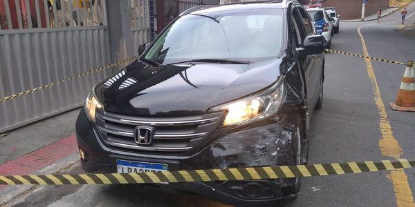 Homem é encontrado morto a tiros dentro de carro em Caratoíra, Vitória. Crédito: Foto do leitor