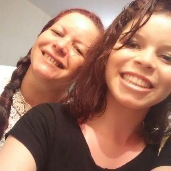 A adolescente Karine, ao lado da mãe Valdinéia. Crédito: Acervo Pessoal