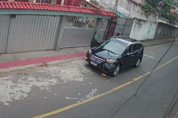 Homens abandonam carro onde corpo foi encontrado em Vitória. Crédito: Reprodução