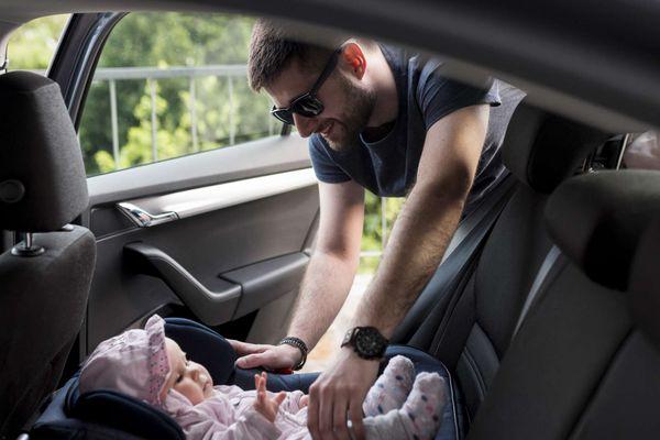 Crianças até 1 ano devem ser transportadas no bebê conforto. Crédito: Freepik