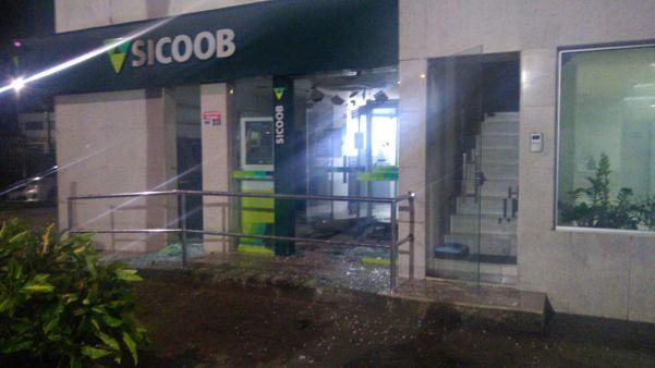 Segundo o Sicoob, ninguém ficou ferido na ocorrência e nenhuma quantia foi levada pelos criminosos. Crédito: Internauta