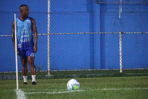 Edinho é o homem da bola parada do time alvianil. Crédito: Vitor Nicchio/Vitória FC