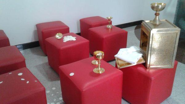Objetos da sacristia ficaram espalhados pelo local. Crédito: Internauta
