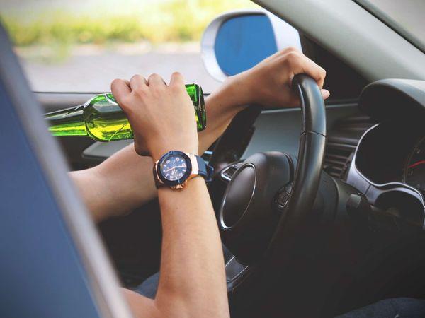 Motorista consome cerveja e dirige carro. Crédito: Creative Commons