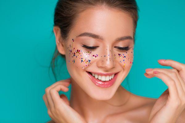 Mulher com purpurina no rosto, glitter. Crédito:  Shutterstock