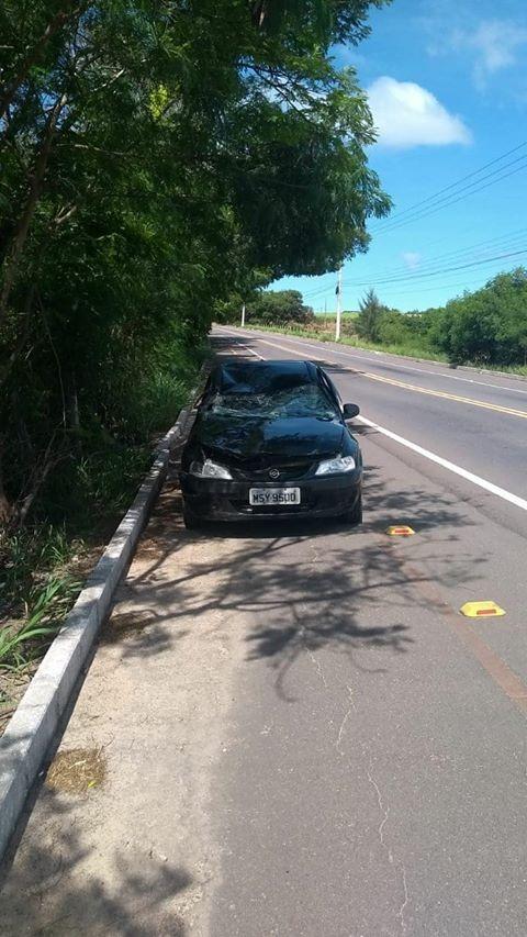 Mulher dirigia um Chevrolet Celta. Socorro foi chamado, mas a motorista morreu no local . Crédito: Internauta