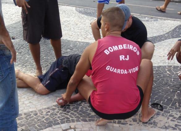 Bombeiros e populares fizeram os primeiros socorros a Roberto ainda na calçada na orla de Copacabana. Crédito: Reprodução/Twitter