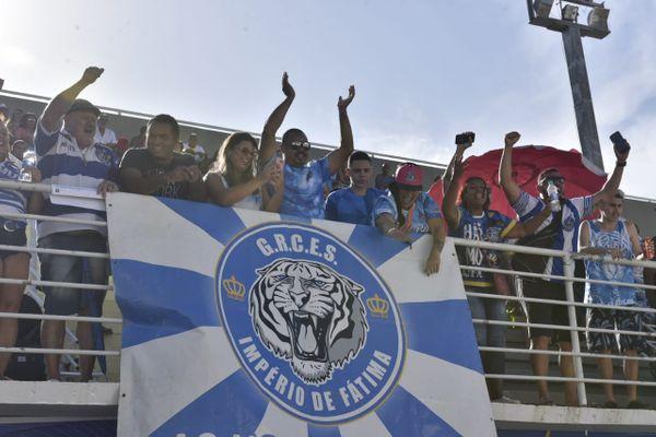 Integrantes da escola de samba Império de Fátima comemoram resultado no Sambão. Crédito: Vitor Jubini